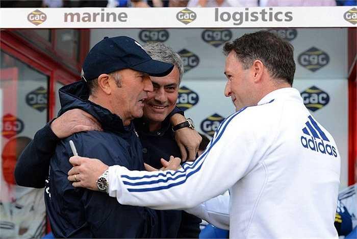 Trước trận đấu, Jose Mourinho tươi cười, 'quàng vai bá cổ' Tony Pulis bên phía Crystal Palace