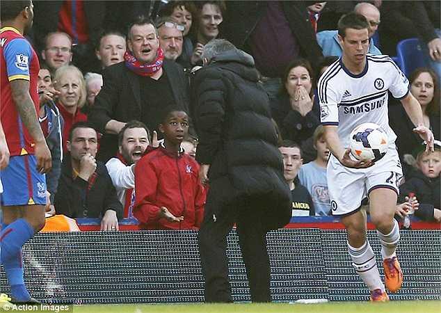 Khi trận đấu còn những phút cuối, Mourinho nổi giận với một cậu bé nhặt bóng. Ông cho rằng cậu bé cần phải nhanh nhẹn đưa bóng nhập cuộc