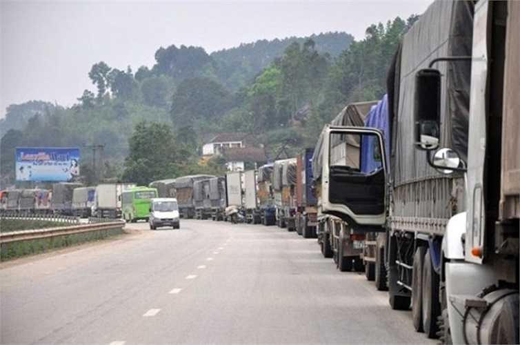 Trước tình trạng ùn ứ xe chở dưa hấu trên quốc lộ 1A đoạn từ TP.Lạng Sơn kéo dài hàng chục km vào cửa khẩu Tân Thanh (tỉnh Lạng Sơn) chờ thông quan, nhiều thương lái Trung Quốc đã bắt đầu ép giá.