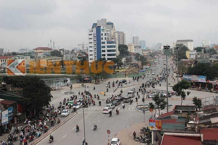 Được khởi công vào tháng 10/2013, dự án đường Trường Chinh mở rộng có tổng chiều dài 2.200 m (bắt đầu từ phố Vương Thừa Vũ cho tới ngã tư Vọng) với mức đầu tư 2.560 tỷ đồng. Trong đó, hơn 2.000 tỷ đồng thuộc tiền đền bù GPMB cho các hộ dân bị ảnh hưởng.