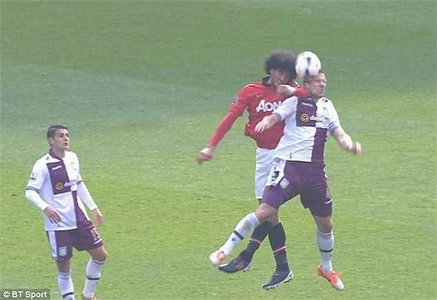 Trên sân, học trò cưng của David Moyes- Fellaini- đang gặp rắc rối bằng những hành vi thừa thãi. Đây là tình huống đánh cùi chỏ vào mặt hậu vệ Aston Villa- Ron Vlaar