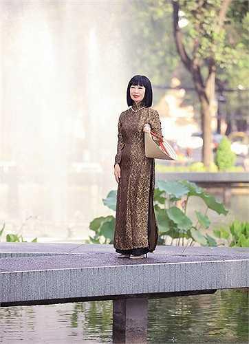 Nữ danh ca Bạch Yến sinh năm 1942, thành danh từ khi còn là một cô bé với giải thưởng Giọng hát nhi đồng của Đài phát thanh Pháp Á năm 10 tuổi.