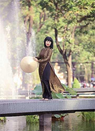 Bạch Yến là nghệ sỹ Việt Nam đầu tiên được xuất hiện trên truyền hình Mỹ trong Enviroment Show – show ăn khách nhất của Mỹ thời đó, bên cạnh The Beatles, Bob Hoges, The Rolling Stones,…