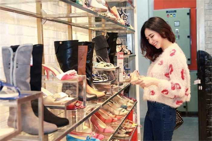Mỗi dịp cuối tuần, hot girl Hà Min thường cùng bạn bè đi mua sắm tại các cửa hàng thời trang có tiếng tại Hà Nội