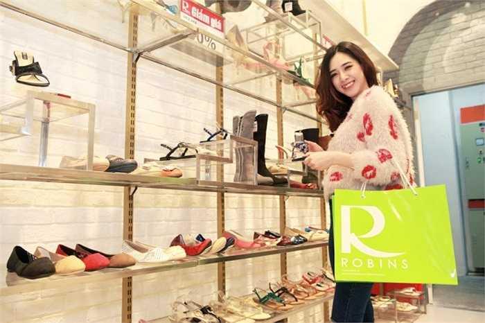 Hà Minh tỏ ra rất thích thú khi lựa chọn những mẫu giầy dép mới nhất tại cửa hàng