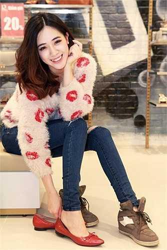 Hà Min khá ưng ý với những chiếc giầy xinh xắn và tạo cảm giác thoải mái