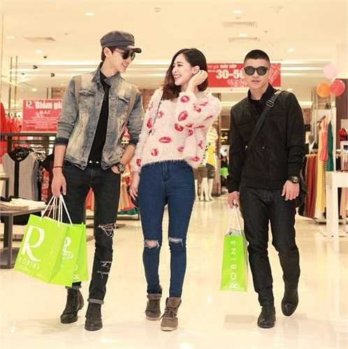 Hà Min tỏ ra rất vui mừng khi gặp 2 hot boy Hà Thành và họ đã có một buổi mua sắm thú vị