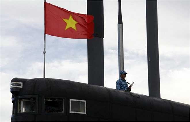 Như chính lời Đô đốc Nguyễn Văn Hiến, chúng ta tự tin có đủ phương tiện và ý chí chiến đấu để sẵn sàng giáng trả kẻ thù, bảo vệ Tổ quốc khi cần thiết. Ảnh: Chiến sĩ hải quân chắc tay súng bảo vệ tàu ngầm.