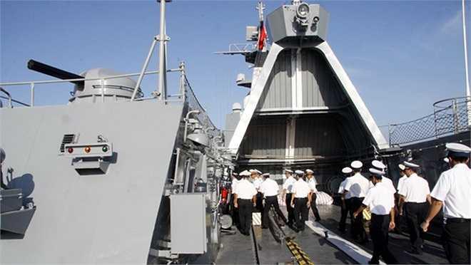 Chiến sĩ hải quân sẵn sàng chiến đấu trên tàu hộ vệ tên lửa Đinh Tiên Hoàng.