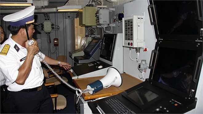 Trong phòng chỉ huy tàu Lý Thái Tổ.