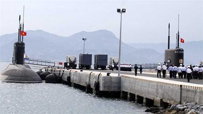 Hai chiếc tàu ngầm Hà Nội và TP.HCM đang neo đậu ở quân cảng Cam Ranh.