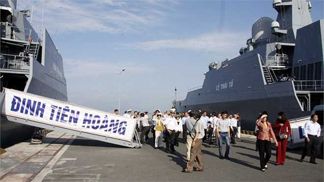 Hai tàu hộ vệ tên lửa Đinh Tiên Hoàng và Lý Thái Tổ ở quân cảng Cam Ranh.