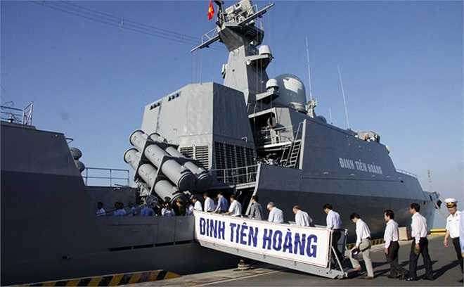 Lần đầu tiên, nhiều người TP.HCM mới tận được tận mắt nhìn thấy tàu chiến hiện đại Đinh Tiên Hoàng.