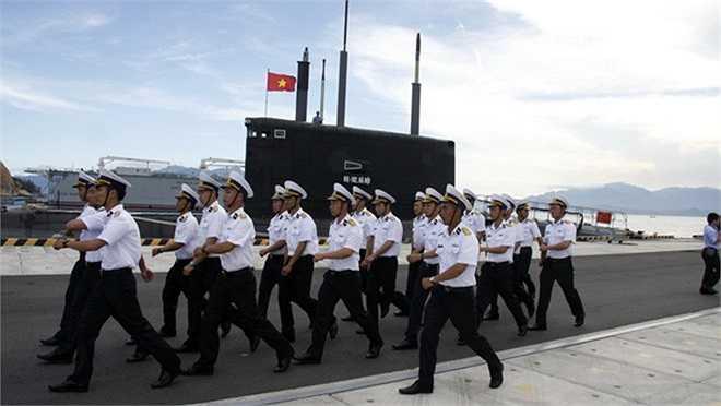 Những người lính hải quân bên chiếc tàu ngầm Hà Nội