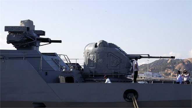 Pháo hạm tốc độ cao trên tàu Đinh Tiên Hoàng.