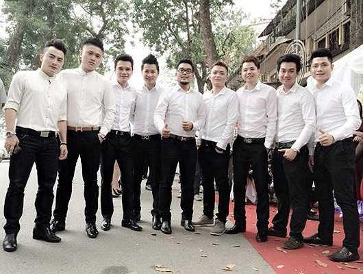Đội hình bê lễ của nhà trai có những đồng nghiêp thân thiết của Tuấn Hưng như Khắc Việt (thứ 3 từ trái sang) và Trịnh Thăng Bình (thứ 3 từ phải sang). Ảnh: Facebook Khắc Việt.