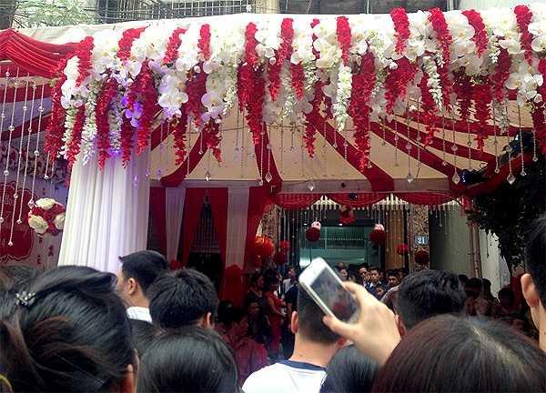Rất nhiều người dân hiếu kỳ muốn chụp lại hình ảnh lễ ăn hỏi của Tuấn Hưng.