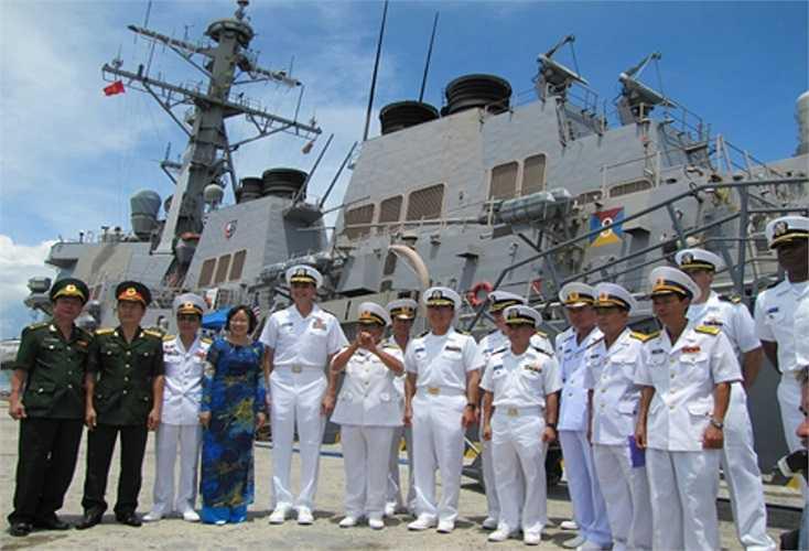 Ngày 7/4 tới, đội tàu Hải quân Hoa Kỳ sẽ bắt đầu các hoạt động trao đổi với Hải quân Nhân dân Việt Nam tại Đà Nẵng. Trước đó, tháng 8/2010, USS John McCain, do Trung tá Jeffrey J.Kim làm Thuyền trưởng cùng 23 sỹ quan và 315 thủy thủ đã cập cảng Tiên Sa(Đà Nẵng). Trong ảnh: Quan chức thành phố Đà Năng và Bộ tư lệnh Hải quân Việt Nam trên khu trục hạm USS John McCain.