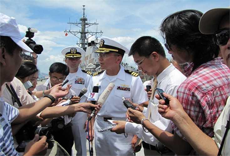Chuyến thăm của tàu USS John McCain tới Đà Nẵng nhân dịp kỷ niệm 15 năm thiết lập quan hệ ngoại giao Việt-Mỹ và được sự chấp thuận của Chính phủ Việt Nam. Trong ảnh: Đại diện của Hải quân Mỹ trả lời phỏng vấn báo chí.