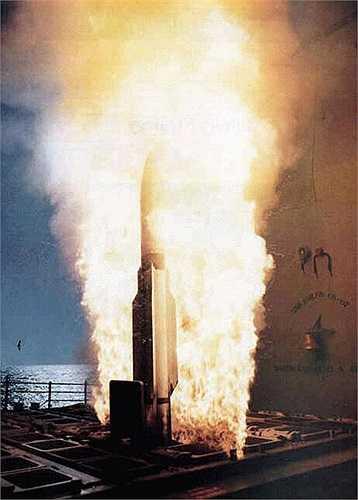 Tên lửa đối không tầm xa RIM 156 SM - 2 rời bệ phóng.