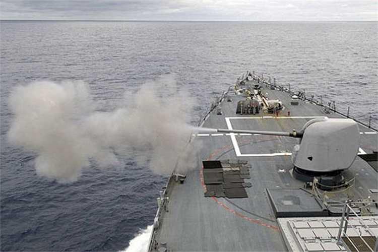 USS John S.McCain trang bị pháo hạm cỡ 127 mm, tổ hợp pháo phòng không Phalanx, pháo cỡ 25mm, súng máy phòng không 12,7 mm và cụm máy phóng ngư lôi Mk 32.