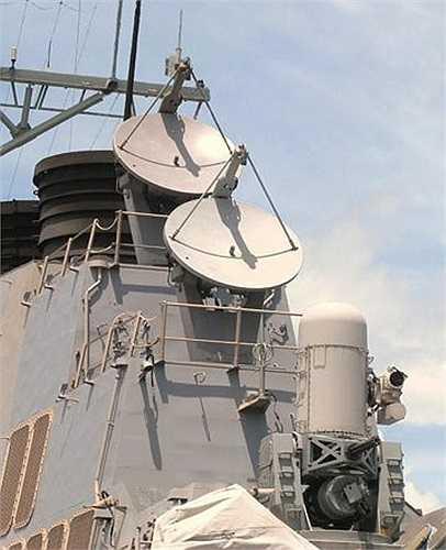 Hệ thống chảo vệ tinh và súng máy trên tàu. Ảnh: VNE