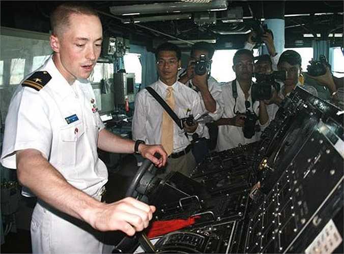 Buồng lái tàu USS John S. McCain. Ảnh: VNE
