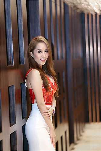Cùng ngắm Khánh Thi quyến rũ trong sắc đỏ: