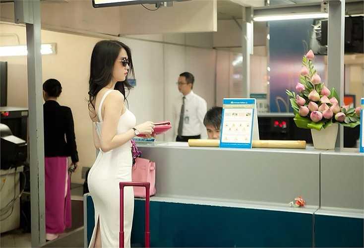 Ngọc Trinh nổi bật ở sân bay khi lên đường chạy show.