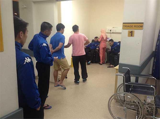 Cố ăn thức ăn của khách sạn, một số cầu thủ đã bị đau bụng, tiêu chảy. Trước đó, đội bị phân ở khách sạn tồi tàn, ẩm mốc và không được bố trí sân tập đầy đủ