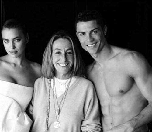 Ronaldo cởi trần để lộ thân hình cường tráng còn người tình xinh đẹp của anh quyến rũ khoe vai trần.