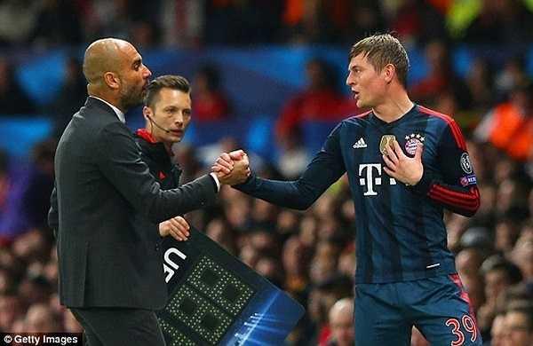 Toni Kross tranh cãi với Pep Guardiola sau khi bị thay ra ở trận gặp Man Utd tối qua