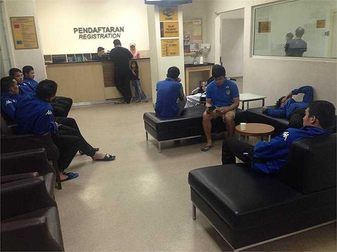 Hiện tình hình các cầu thủ đã đỡ lên chút ít nhưng một số vẫn đang phải điều trị ở bệnh viện từ đêm qua.
