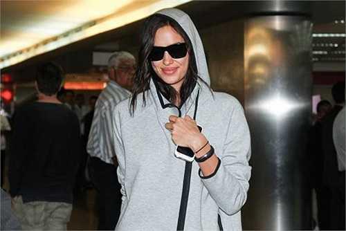 Irina lại lên đường sang Brazil vì được mời biểu diễn thời trang. Tối muộn hôm qua, người đẹp 28 tuổi mới đến sân bay Sao Paulo.