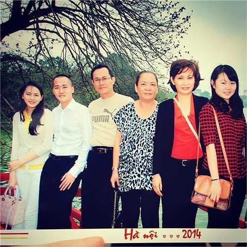 Phạm Ngọc Thạch cùng chồng bên bố mẹ, chị gái, em gái tại Hà Nội.