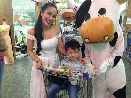 Ốc Thanh Vân đưa con trai đi làm cũng mình, cậu bé tỏ ra rất thích thú khi được đi cùng mẹ