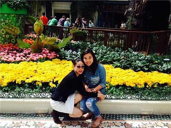 Hoa hậu Hà Kiều Anh hạnh phúc bên những người thân