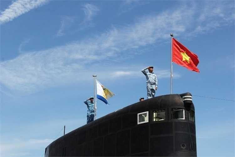 Khoảng 9h, Ban tổ chức Lễ thượng cờ thuộc Quân chủng Hải quân cùng với cán bộ, thủy thủ, chiến sỹ Lữ đoàn 189 đã có mặt để tập luyện tổng duyệt cho Lễ thượng cờ diễn ra vào ngày mai (3/4).