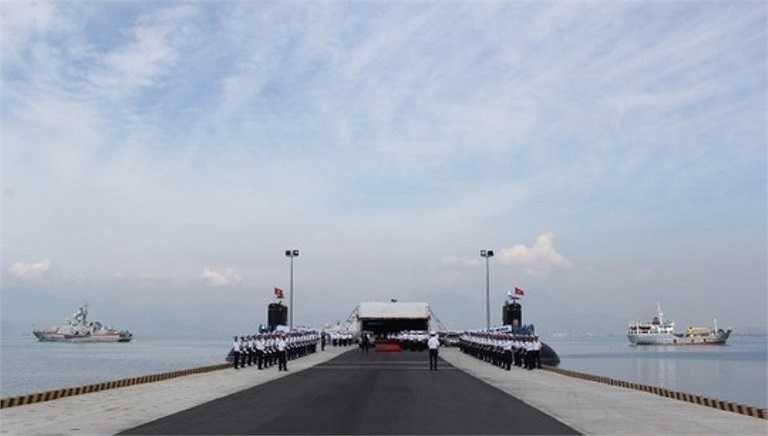 Trước đó, Thượng tá Trần Thanh Nghiêm, Lữ đoàn trưởng Lữ đoàn tàu ngầm 189 Quân chủng Hải quân, cho biết đơn vị đã tập luyện nghiêm túc để chuẩn bị chu đáo cho lễ thượng cờ cấp quốc gia.