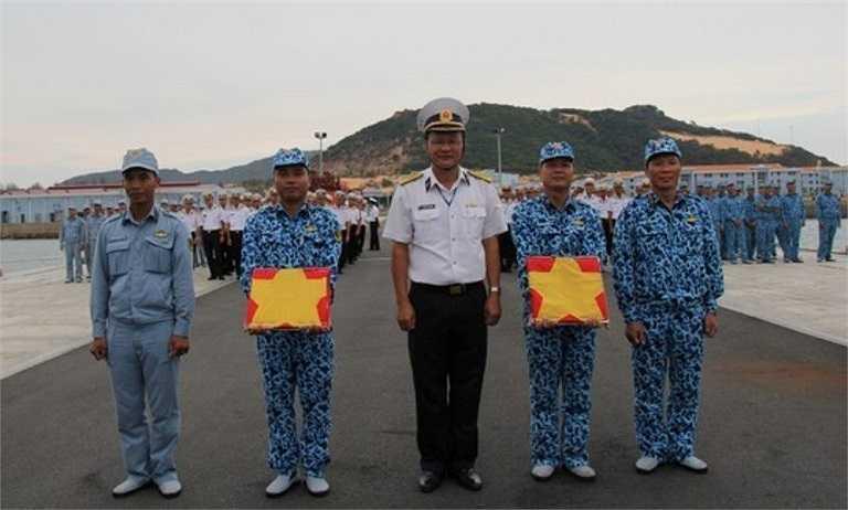 Luyện tập động tác trao Quốc kỳ và cờ Hải quân.
