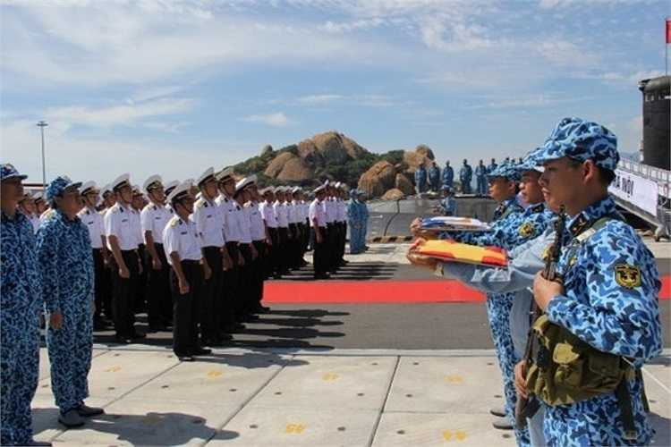 Mỗi tình huống, từng động tác đều được cán bộ, thủy thủ duy trì nghiêm túc.