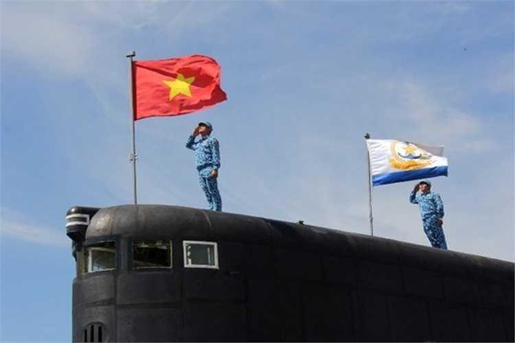 Cờ Tổ quốc và lá cờ Hải quân Nhân dân Việt Nam tung bay trên Tàu ngầm Kilo 636.