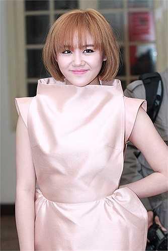 Đừng nghĩ vòng một khiêm tốn thì không có quyền sử dụng váy cúp ngực. Văn Mai Hương là minh chứng hoàn hảo cho điều này khi cô sử dụng chúng một cách tinh tế.