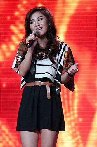 Trong các đêm nhạc hay những sự kiện lớn, Văn Mai Hương thường chọn váy có bèo nhún hoặc thiết kế lạ mắt để che đi vòng một nhỏ.