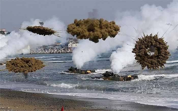 Xe thiết giáp đổ bộ của hải quân Hàn Quốc bắn đạn khói ngụy trang