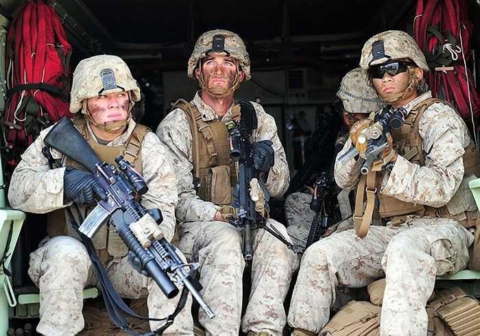 Binh lính Mỹ - Hàn ngồi trong xe đổ bộ