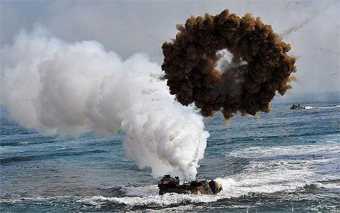 Xe thiết giáp đổ bộ của liên quân Mỹ - Hàn