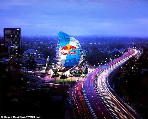 Ước tính, chỉ sau 11 tháng đưa vào sử dụng, tòa nhà London Octopus với 4 tấm biển quảng cáo điện tử sẽ được quan sát bởi số lượng người tương đương với dân số nước Mỹ.