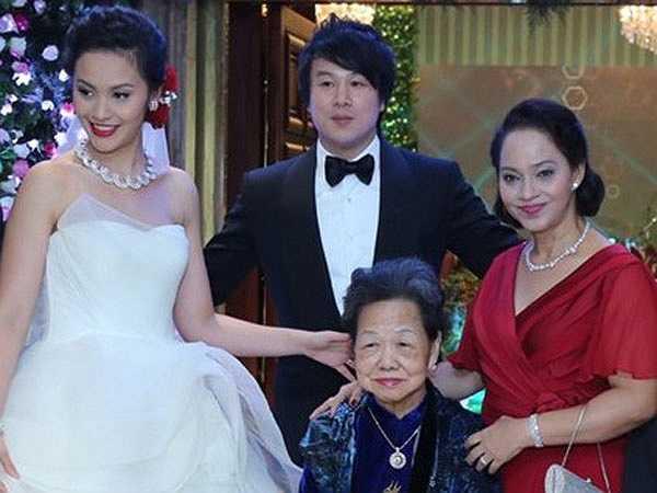 Trương Huệ Vân là thế hệ thứ tư của Trương gia tộc tại TP HCM. Mẹ cô là nữ doanh nhân Trương Mỹ Lan, Chủ tịch Hội đồng thành viên Công ty TNHH Vạn Thịnh Phát.