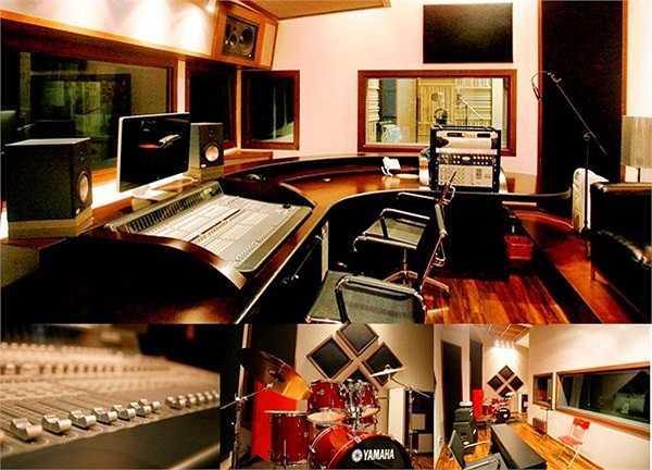 Học viện âm nhạc của nghệ sỹ Thanh Bùi cũng không kèm phần hoành tráng, ngôi trường chính thức đi vào hoạt động từ tháng 7/2012.